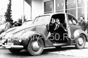 1947, Tokyo, Japan --- A woman closes the door on the passenger's side of a new 1947 Toyota. --- Image by © CORBIS